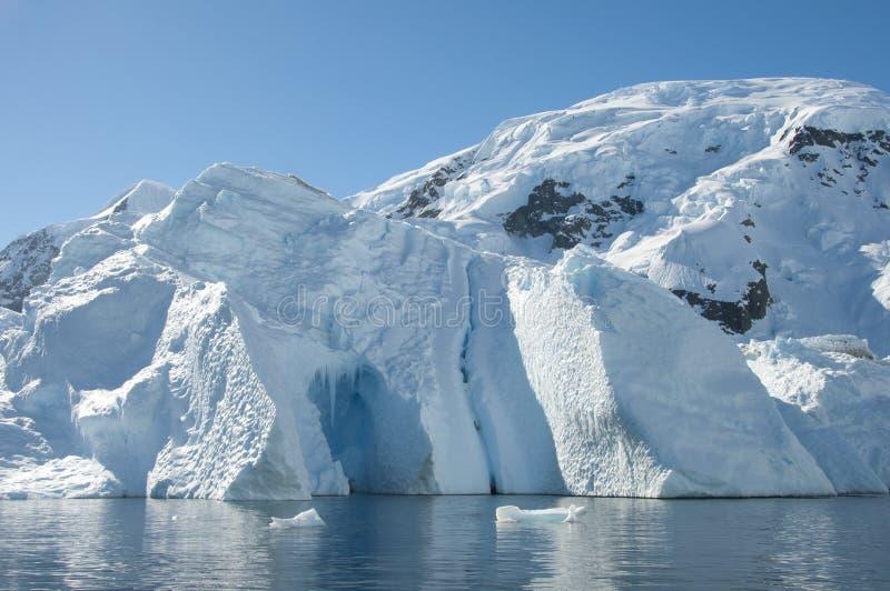 Айсберг с подземельем и горой за ей стоковое изображение rf