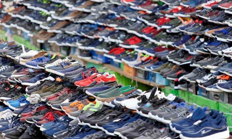Акаба, Джордан, 7-ое марта 2018: Продажи стоят на рынке Акабы, где большое количество заклеймленной фальшивки ботинками на продаж стоковое фото rf