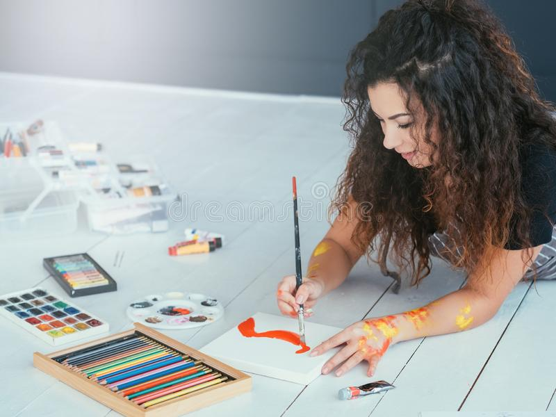 Акварель дамы терапией современного искусства крася стоковые изображения