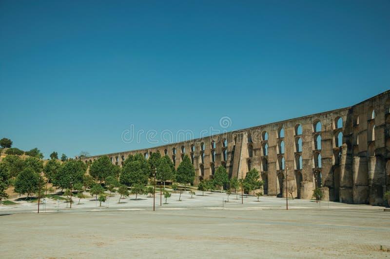 Акведук со сводами и прямоугольными штендерами перед деревянным квадратом стоковое изображение rf