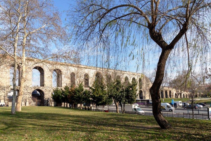 Акведук Valens, расположенный в старой части Стамбула Константинополя на бульваре Ataturk Акведук одно из symb стоковое фото rf