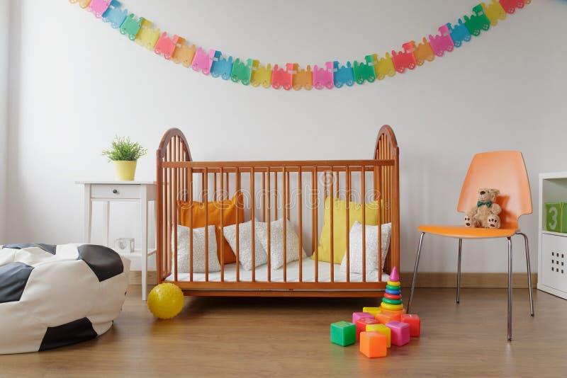 Аккуратная обеспеченная комната младенца стоковое фото rf