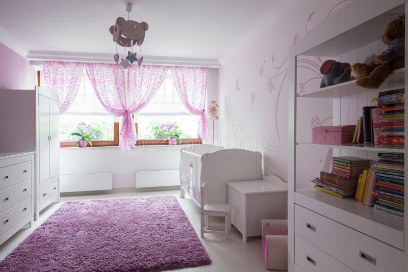 Аккуратная обеспеченная комната ребенка стоковое изображение rf