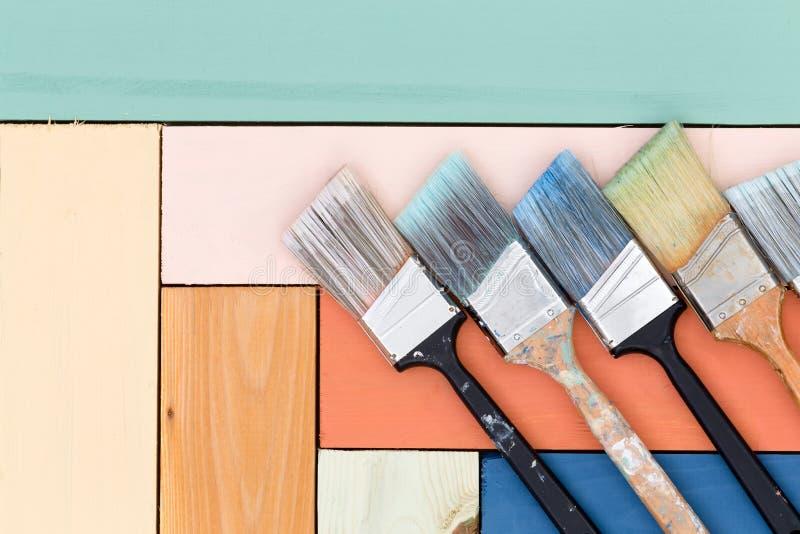 Аккуратное расположение paintbrushes на запятнанной древесине стоковая фотография