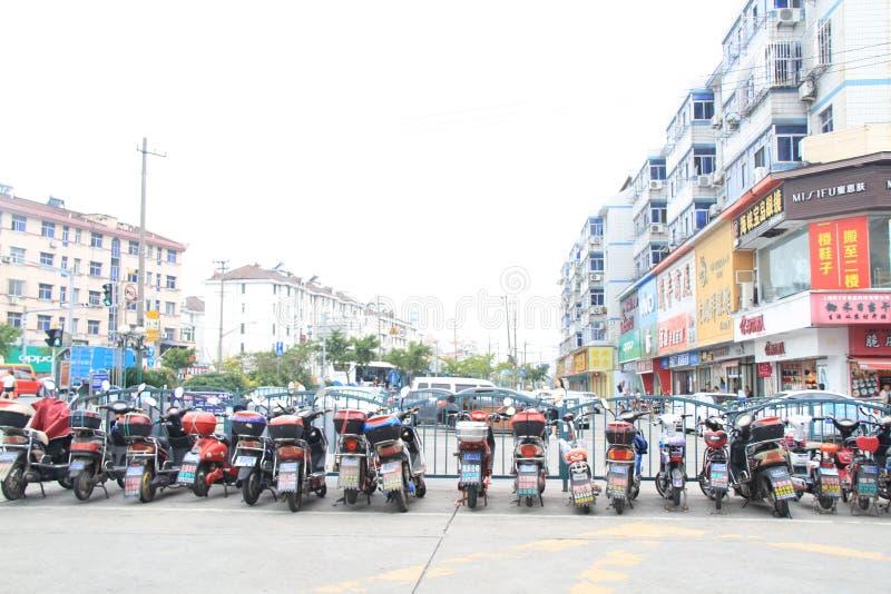 Аккуратные электрические припаркованные автомобили стоковое изображение