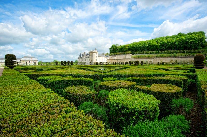 Аккуратный сад на французском замке стоковые фотографии rf