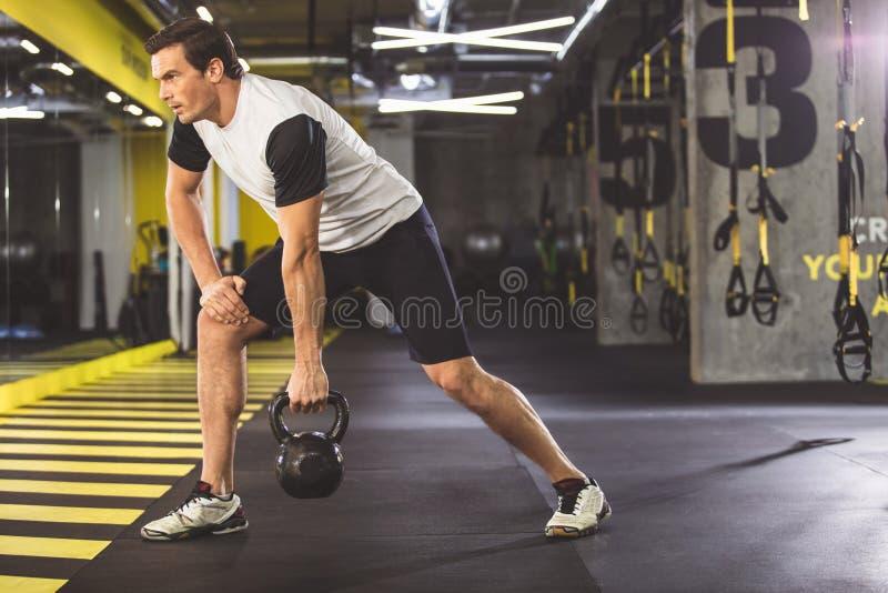 Аккуратный человек держа спортивный инвентарь стоковое фото