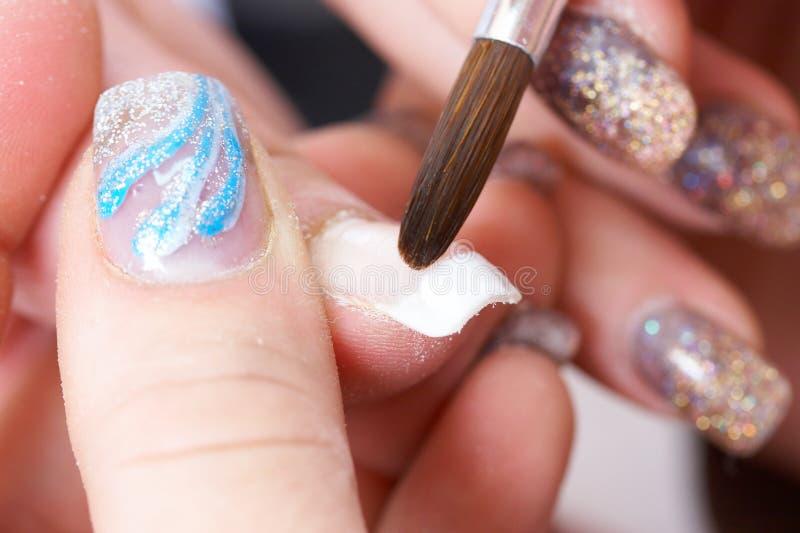акриловые ногти коррекции используя стоковое фото rf