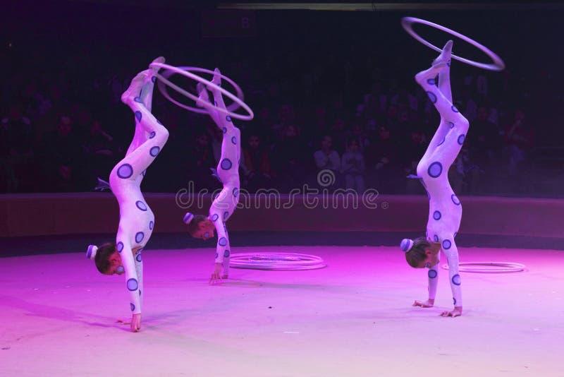 Акробаты цирка в ярких ультрафиолетовых лучах стоковое изображение