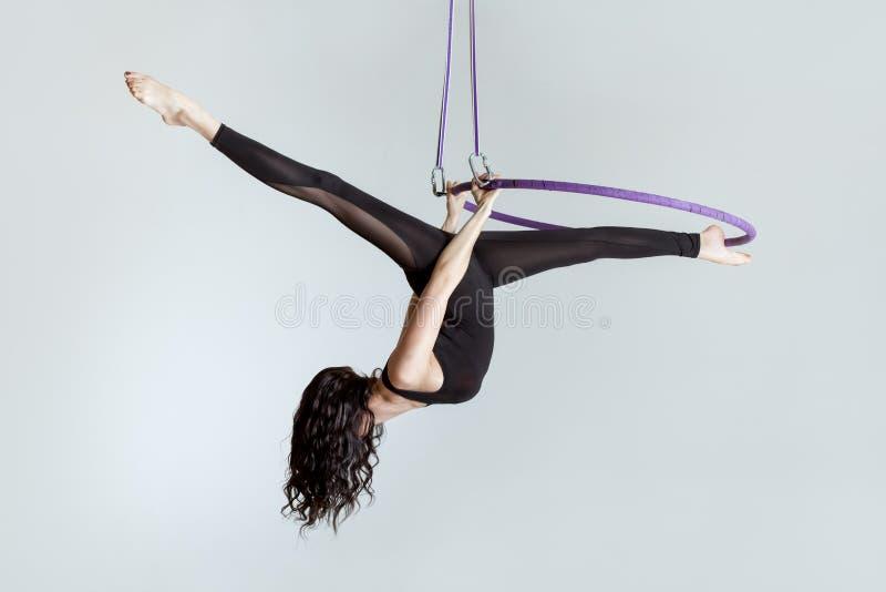 Акробат женщины воздушный на кольце стоковые фотографии rf
