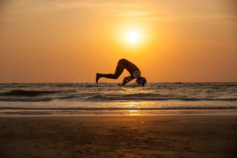 Акробат на пляже стоковые фотографии rf