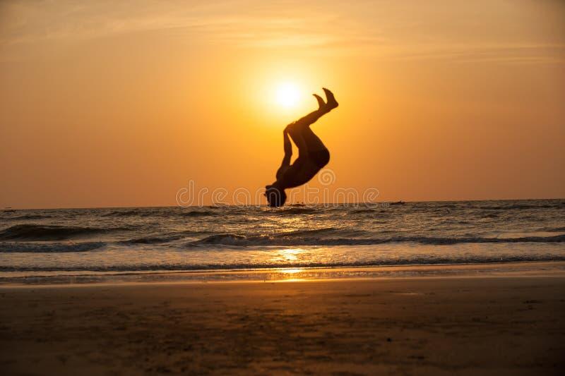 Акробат на пляже стоковые фото