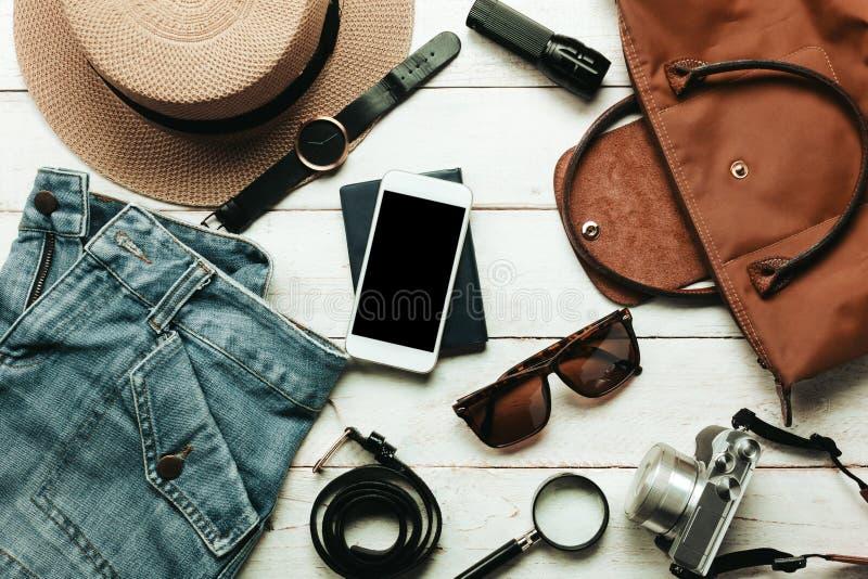 Аксессуары взгляд сверху, который нужно путешествовать с концепцией одежды женщин ช стоковая фотография rf