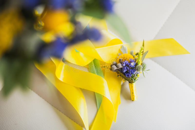 Аксессуары красивой свадьбы флористические стоковое фото