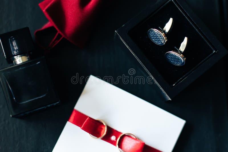 Аксессуары лежа на темной поверхности, свадьба flatlay 1 groom стоковая фотография rf