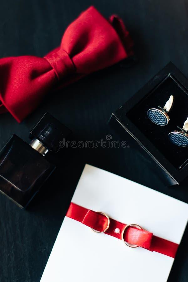 Аксессуары лежа на темной поверхности, свадьба flatlay 1 groom стоковые фото