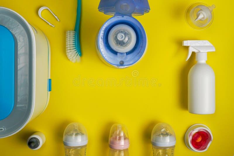 Аксессуары младенца питаясь с голубой грелкой бутылки стоковое фото rf