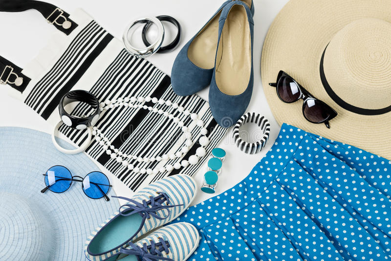 Аксессуары моды в черно-белых и голубых цветах - clo шляпы стоковые фото