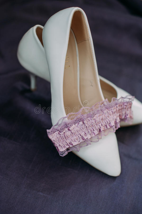 Аксессуары невесты: зашнуруйте блузку, подвязку, квартиры балета, высоко-накрененные ботинки стоковое фото