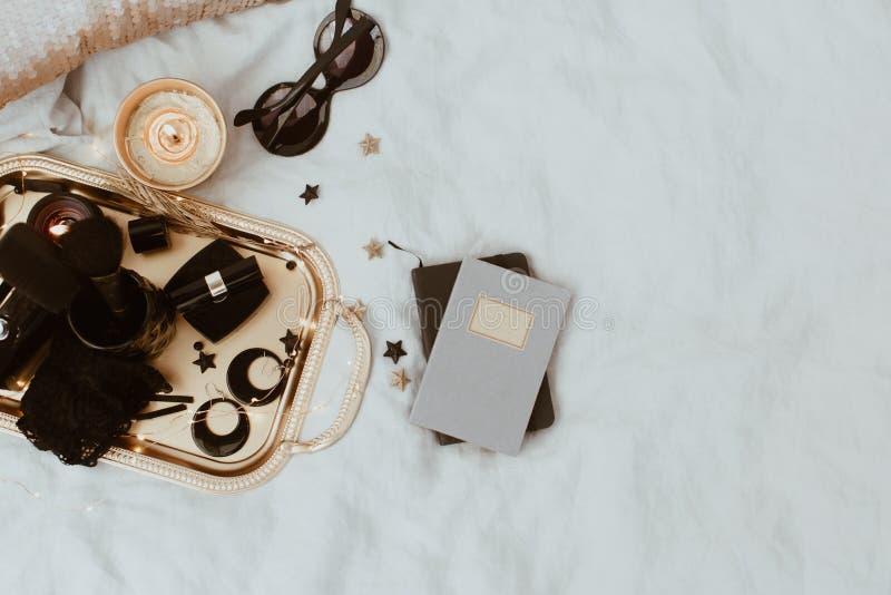Аксессуары плоского положения роскошные над подносом золота стоковое фото rf