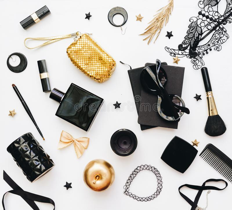 Аксессуары плоской моды ` s женщин положения необходимые и косметические объекты стоковые фото