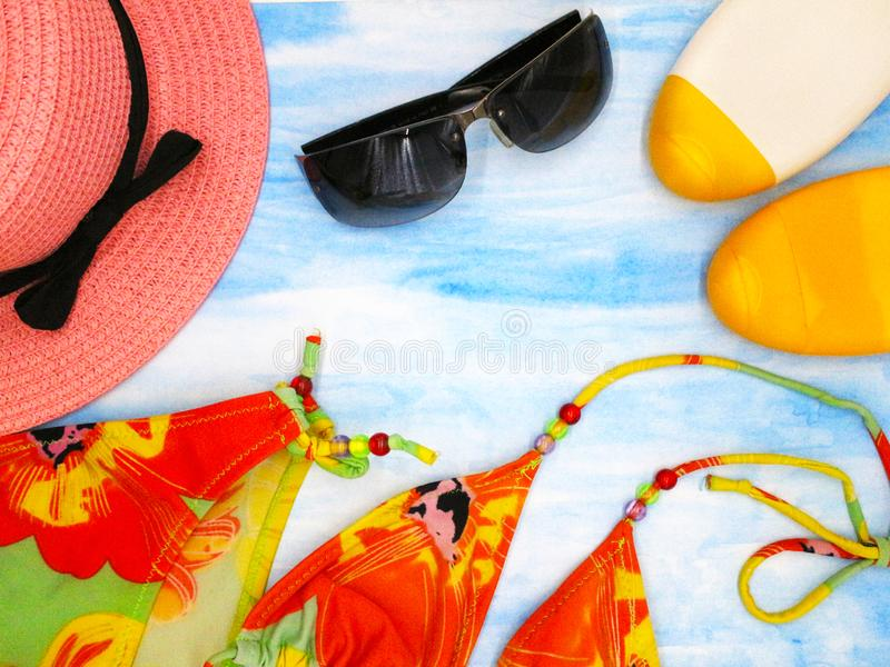 Аксессуары пляжа для женщин или девушек стоковая фотография