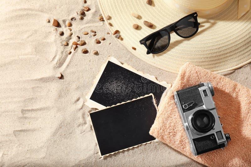 Аксессуары пляжа с картами фото и ретро камера на песке стоковое фото rf