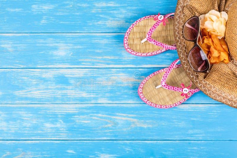 Аксессуары пляжа на голубом деревянном столе стоковое фото