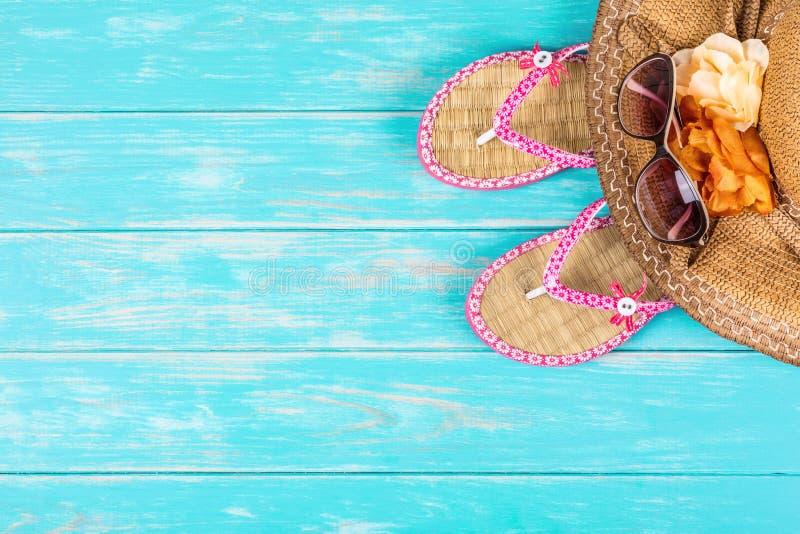 Аксессуары пляжа на деревянном столе бирюзы стоковое фото rf