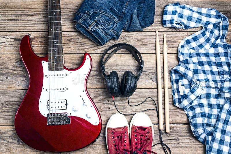 Аксессуары рок-звезды: электрическая гитара, drumsticks, clo стоковое фото rf