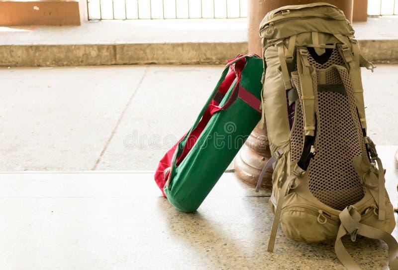 Аксессуары рюкзака для путешественника на поле стоковое изображение