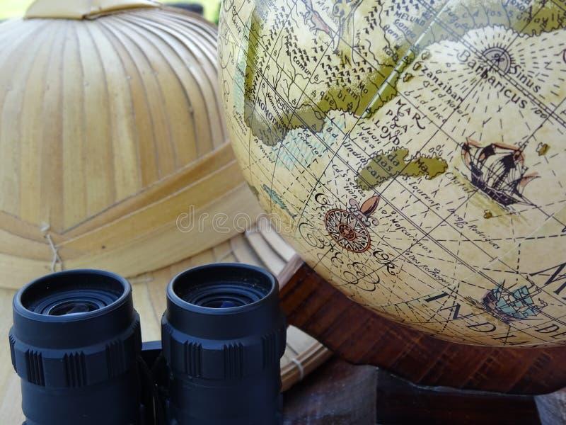 Аксессуары сафари: шляпа глобуса, бинокулярных и бамбукового стоковые изображения