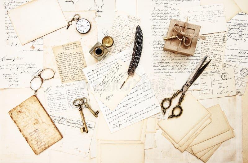 Аксессуары старых открыток писем античные использовали бумажное винтажное pho стоковые фотографии rf