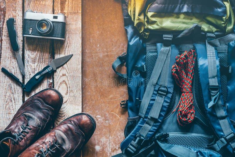 Аксессуары туризма перемещения пешие на деревянной предпосылке, взгляд сверху Концепция каникул открытия приключения перемещения стоковые изображения rf