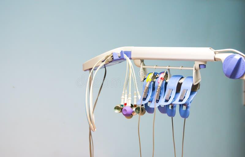 Аксессуары электрокардиограммы и предпосылки стены, медицинского инструмента используемого для того чтобы контролировать тариф се стоковые фотографии rf