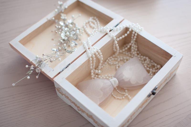 Аксессуары ` s невесты в светлой деревянной коробке стоковые изображения