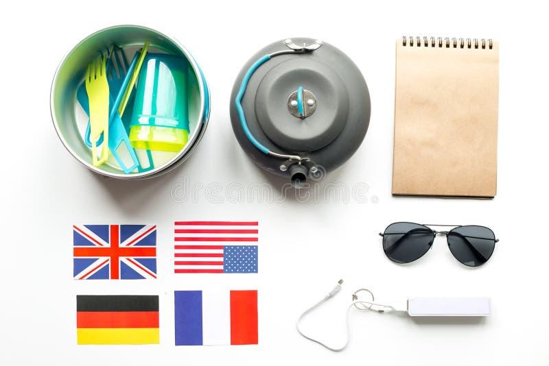 Аксессуары ` s путешественника в концепции каникул на белом взгляд сверху предпосылки таблицы стоковые фотографии rf