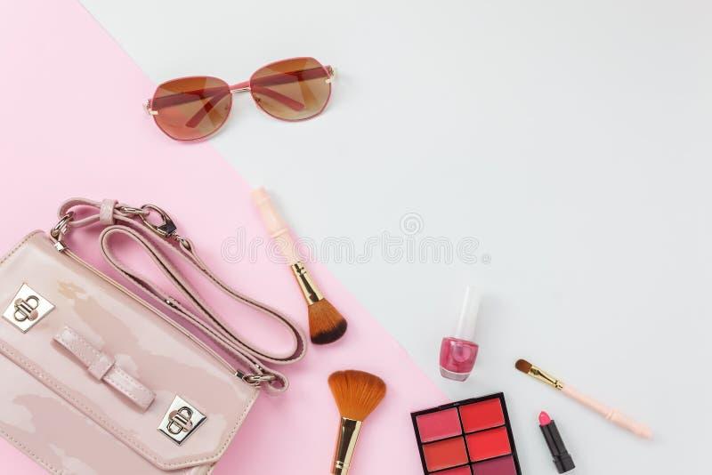 Аксессуар взгляда столешницы женщин одежды планирует путешествовать в концепции предпосылки праздника стоковые изображения rf
