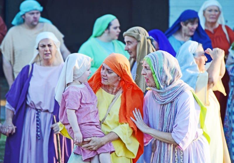 Актеры команды действуя по мере того как еврейские женщины в Иисусе Христосе страсти играют стоковые фотографии rf