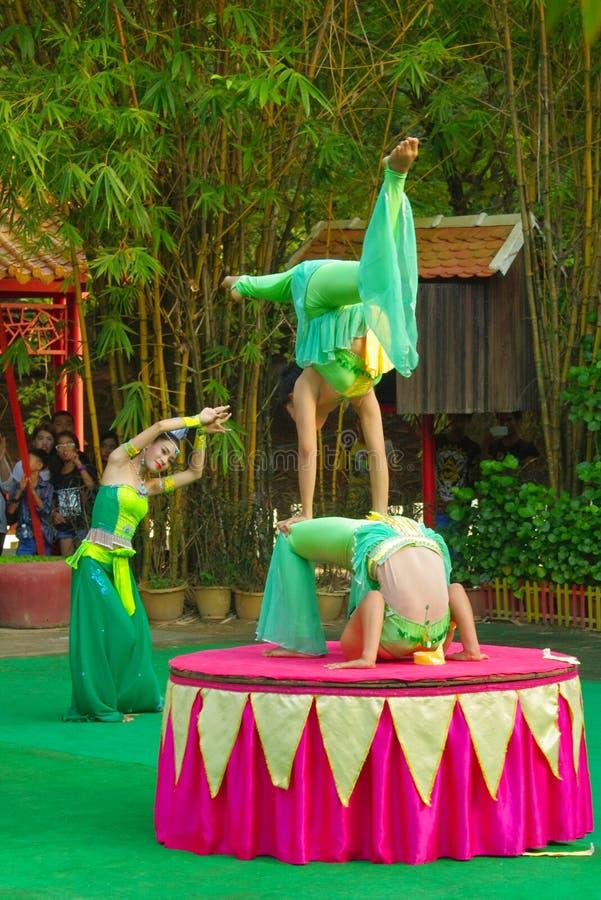 Актеры кхмера во время театрализованного представления Villiage Китая горькосоленого стоковые фото