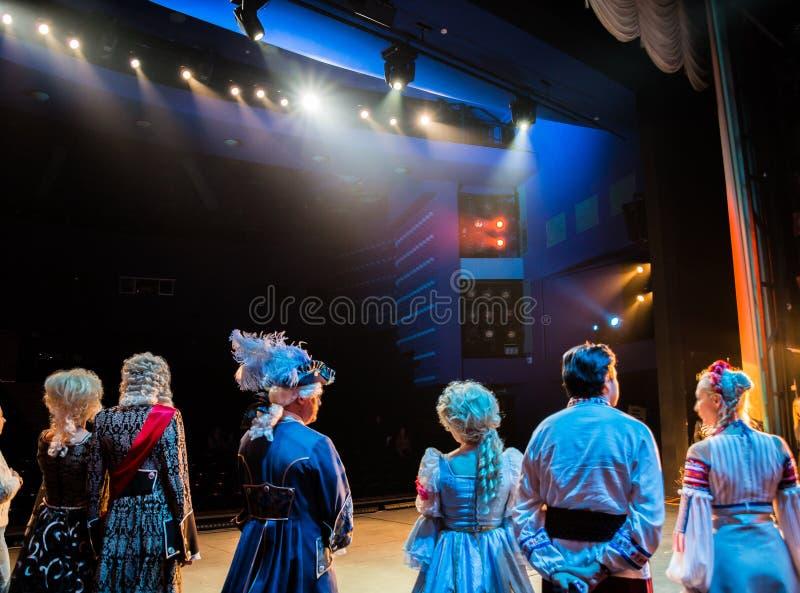 Актеры на этапе во время представления или репетиции в театре Этап театра или оперы, с оборудованием освещения стоковые фото