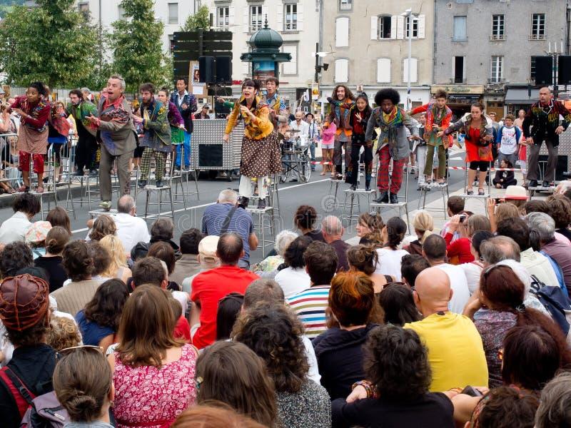 Download Актеры садить на насест на табуретках в улице. Редакционное Стоковое Изображение - изображение насчитывающей средне, горизонтально: 33728899
