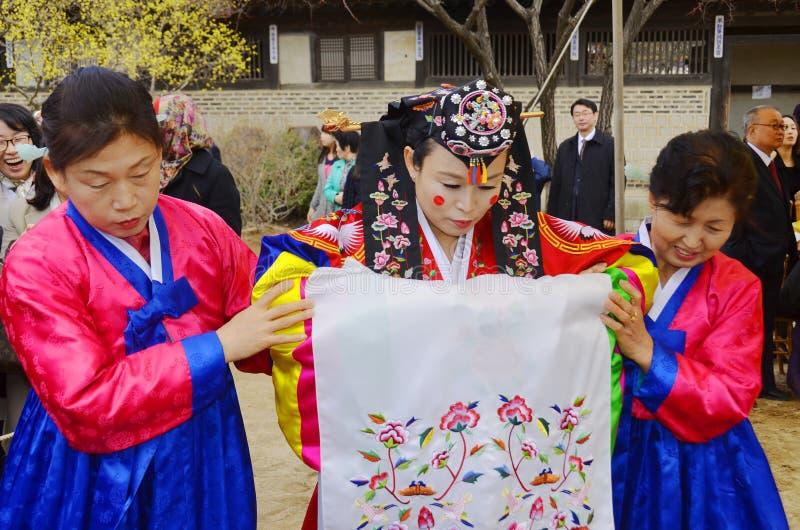 Актер в традиционной корейской реагируя выставке стоковая фотография