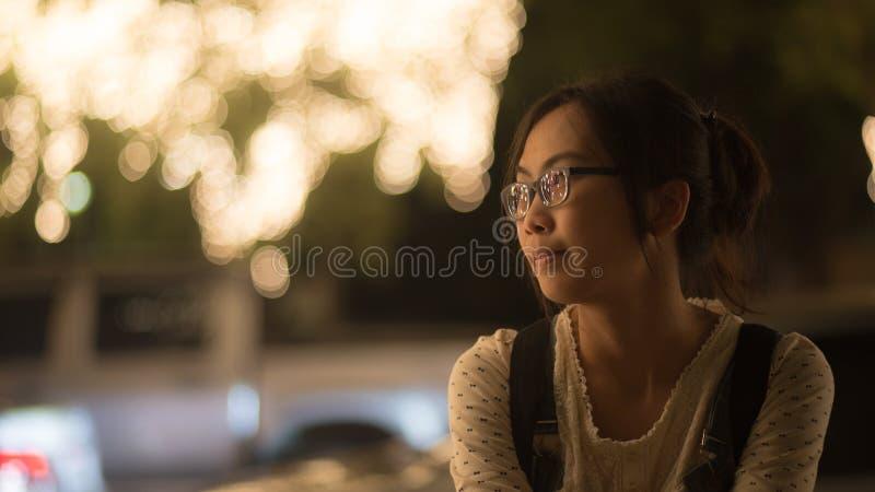 активная азиатская напольная женщина портрета довольно тайская стоковые изображения