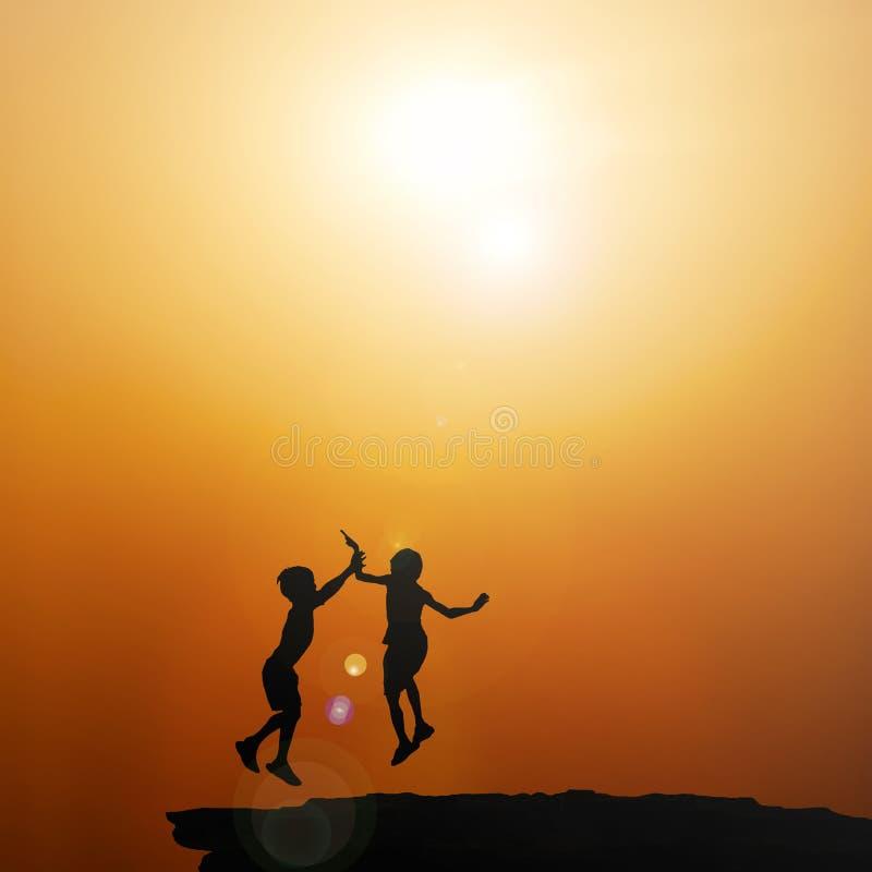 Активная группа в составе дети тратя счастливое время на заходе солнца лета стоковое фото