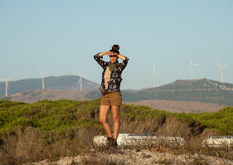 Активная женщина в одеждах outdoors смотря в расстояние стоковая фотография