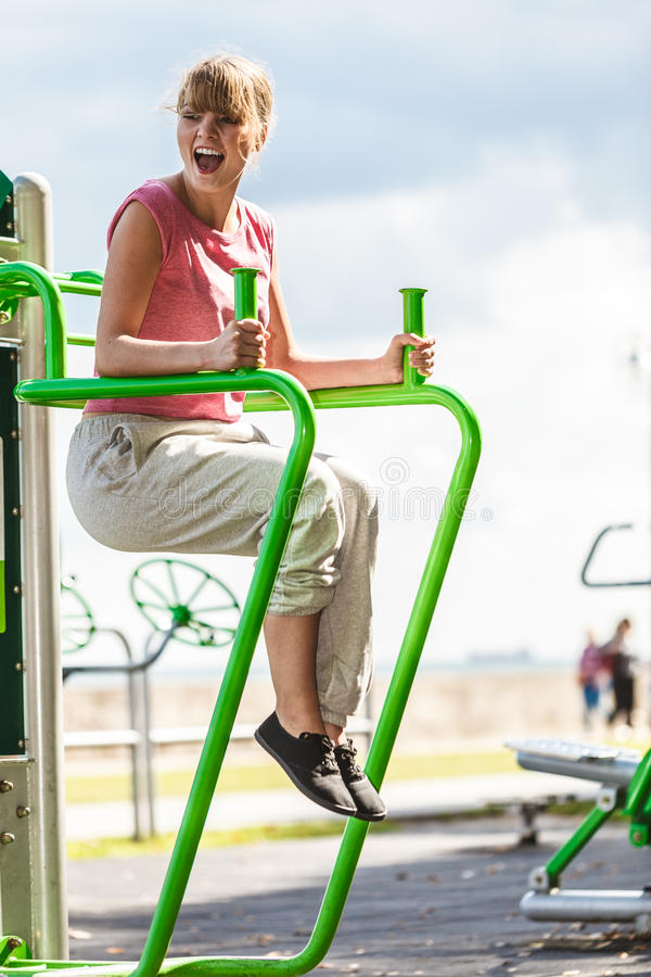 Активная женщина работая на повышении ноги внешнем стоковое изображение