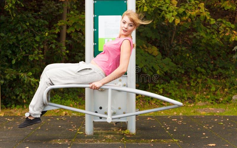 Активная женщина работая на стенде внешнем стоковое изображение rf
