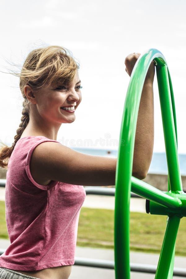 Активная женщина работая с колесом хиа tai стоковое изображение rf