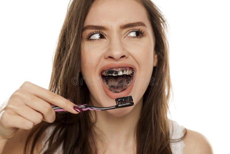 Активная зубная паста угля стоковые фото